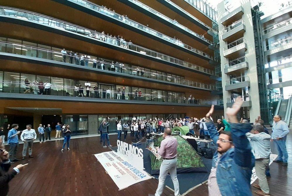 Acampada y protestas de los sindicatos en la sede de Endesa en Madrid