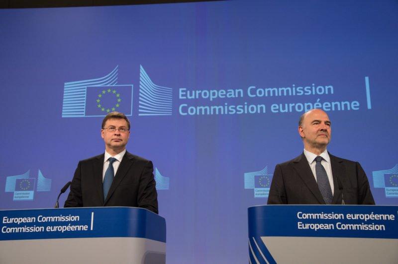 El vicepresidente de la Comisión Europea, Valdis Dombrovskis, y el comisario de Asuntos Económicos, Pierre Moscovici