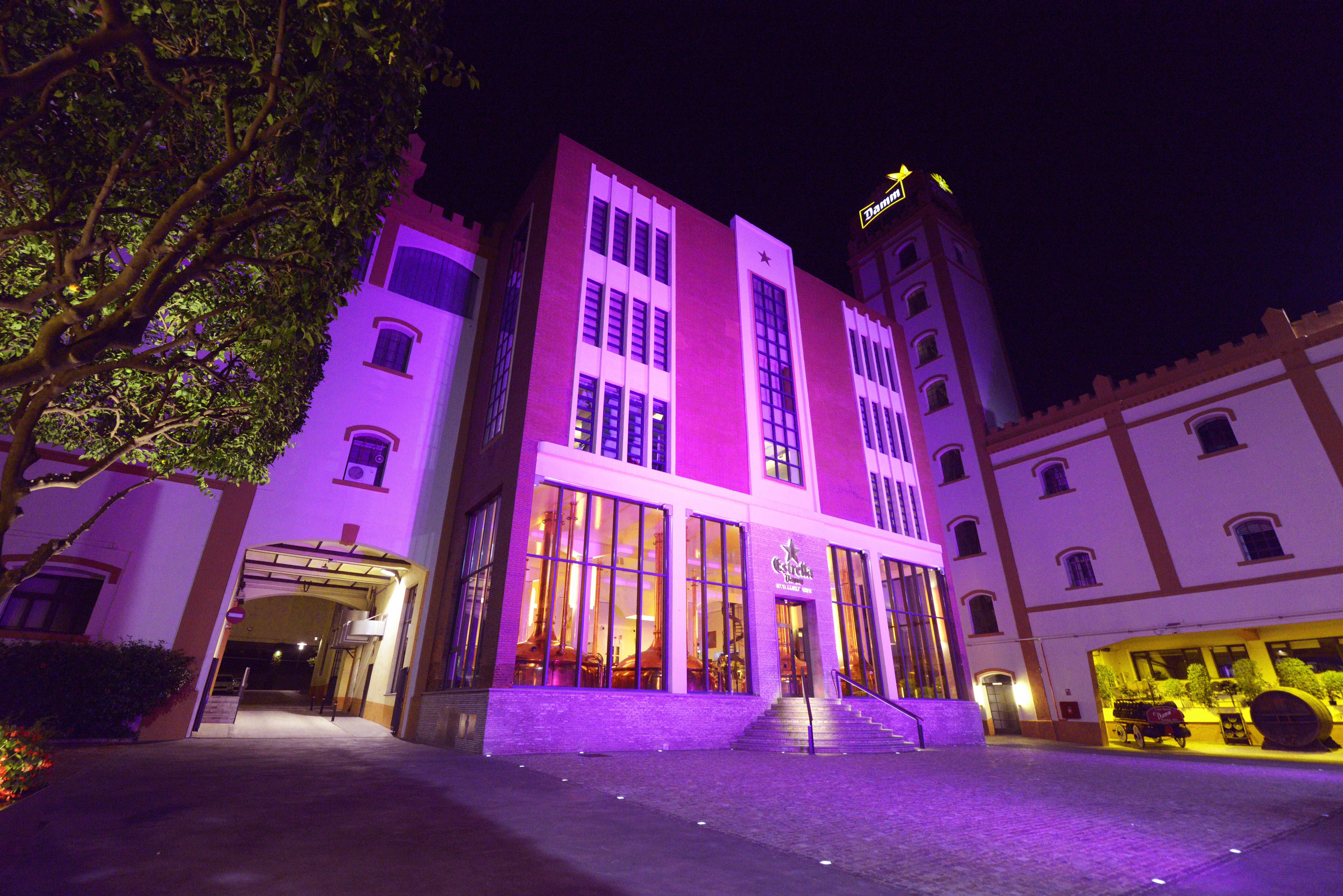 La Asociación Española contra el Cáncer promueve la 'Noche Mágica' durante la cual se iluminan de color rosa edificios emblemáticos de las ciudades