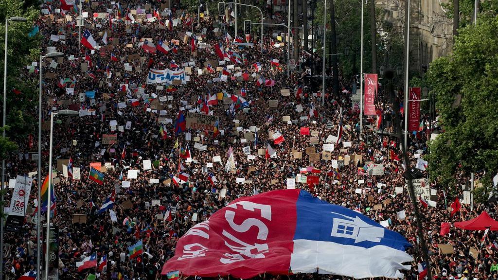 Miles de chilenos marchan en Santiago en una de las manifestaciones más grandes en medio del estallido social que desató un alza en las tarifas del metro.