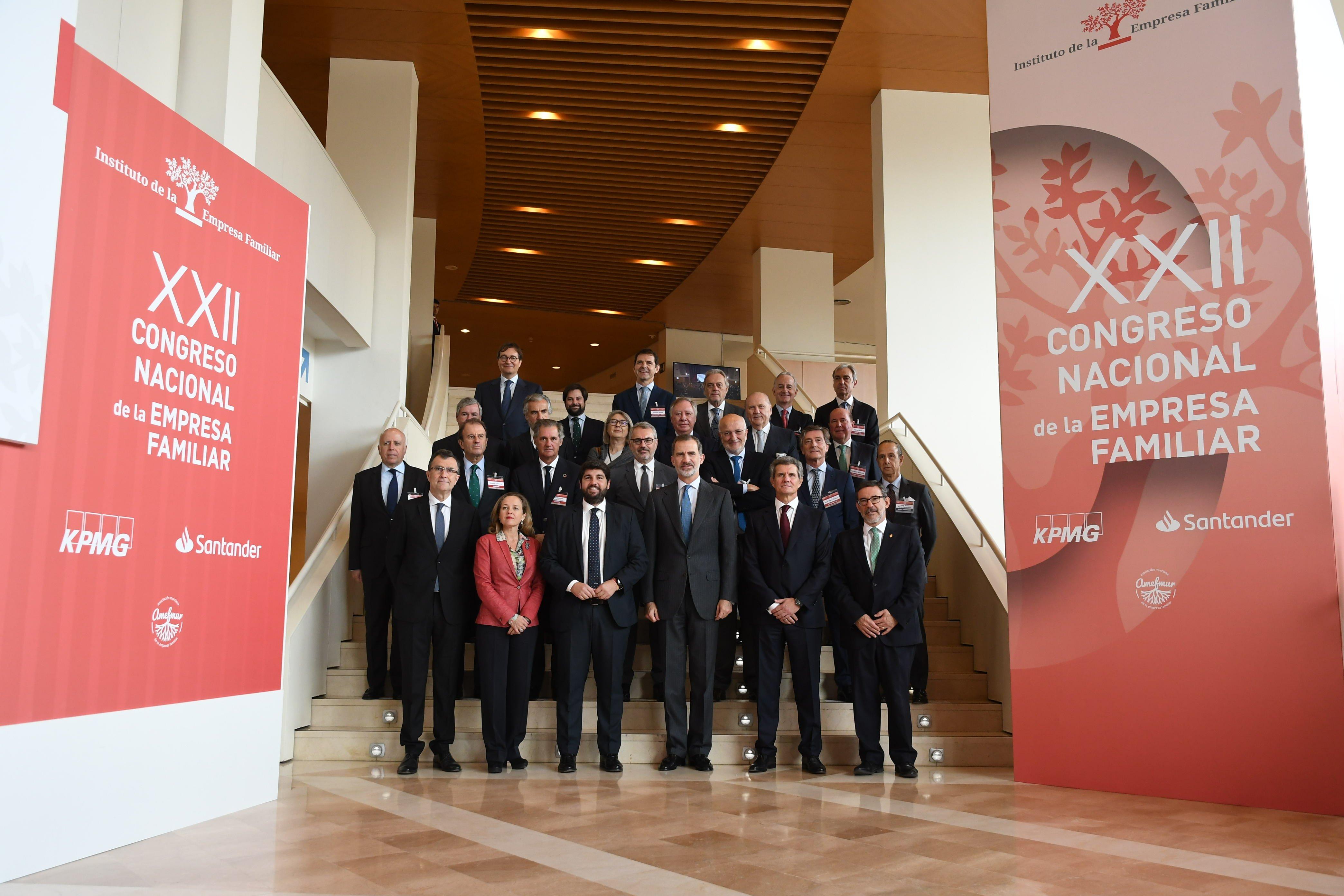 Felipe VI y la ministra de Economía en funciones, Nadia Calviño, posan con los miembros de la Junta Directiva del IEF