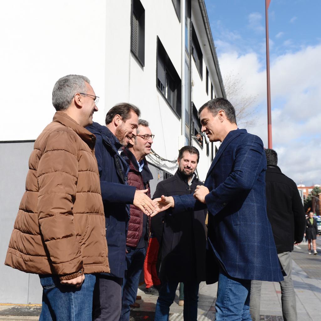 Sánchez en durante su fugaz visita al barrio de Pajarillos, en Valladolid