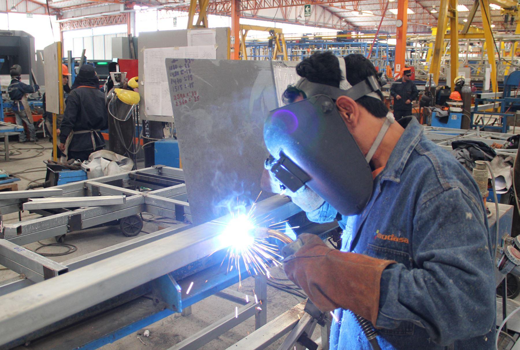 Sigue bien pero con tendencia a peor. La producción industrial crece un 3,1% anual pero cae un 0,8% mensual en septiembre