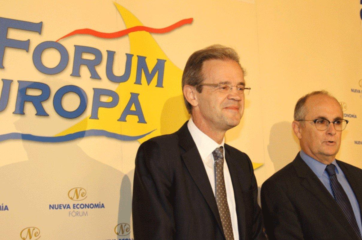 Jordi Gual junto a Fernando Restoy, presidente del Instituto para la Estabilidad Financiera, dependiente del Banco de Pagos Internacionales (BIS)