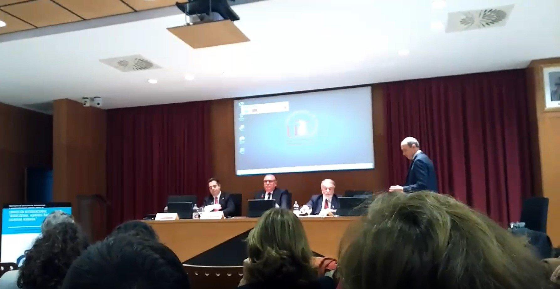 Insultos y blasfemias en la Universidad de Sevilla contra el diputado de Vox, Francisco José Contreras, y el ex ministro y fundador de One of Us, Jaime Mayor Oreja