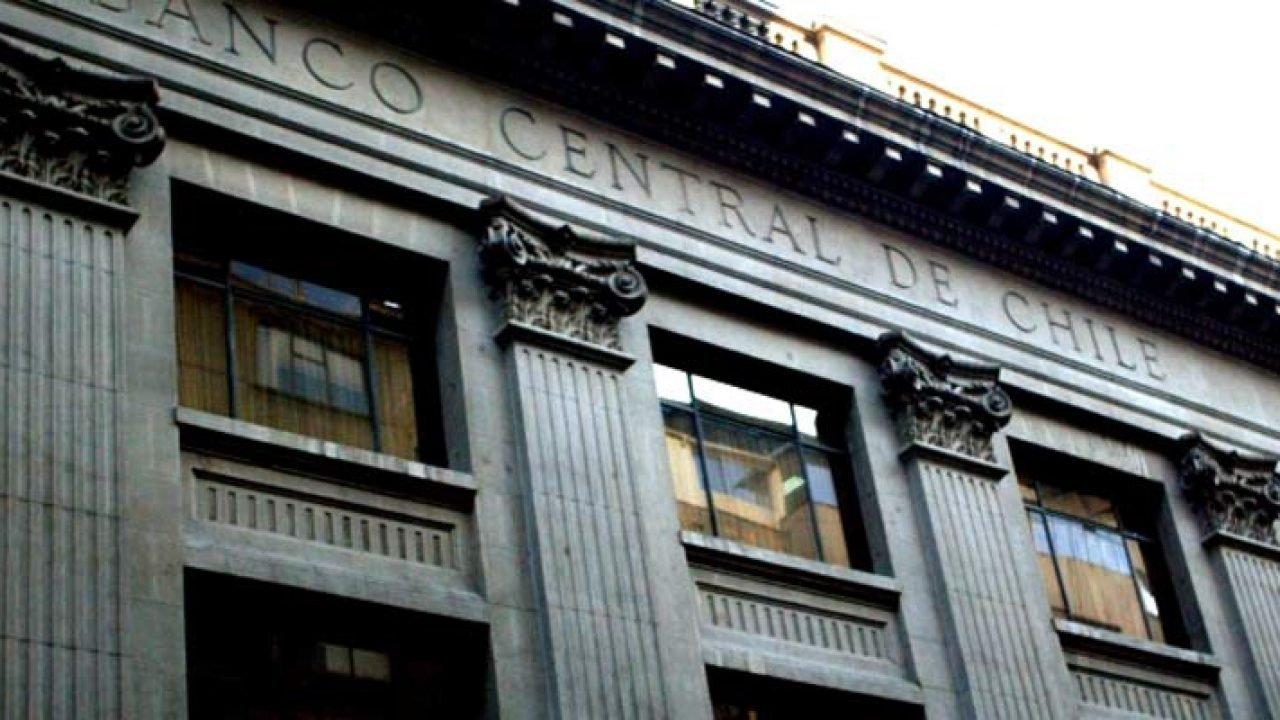 El Banco Central venderá 20.000 millones de dólares para frenar la caída del peso, ante la revuelta social