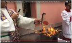 El padre Hugo Valdemar quemando fotografías de la Pachamama
