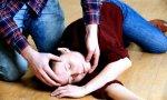 Hay que colocar al niño en un sitio seguro, tumbado de lado, alejando los objetos con los que pueda golpearse