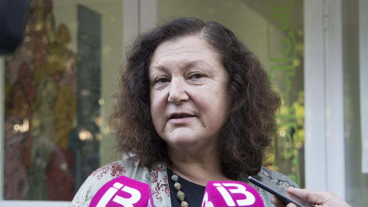 La líder de Podemos en Baleares, Mae de la Concha, asegura que a pesar de cobrar 60.000 euros brutos al año no podría llegar a fin de mes si renunciara a cobrar el plus de residencia de 22.000 euros.