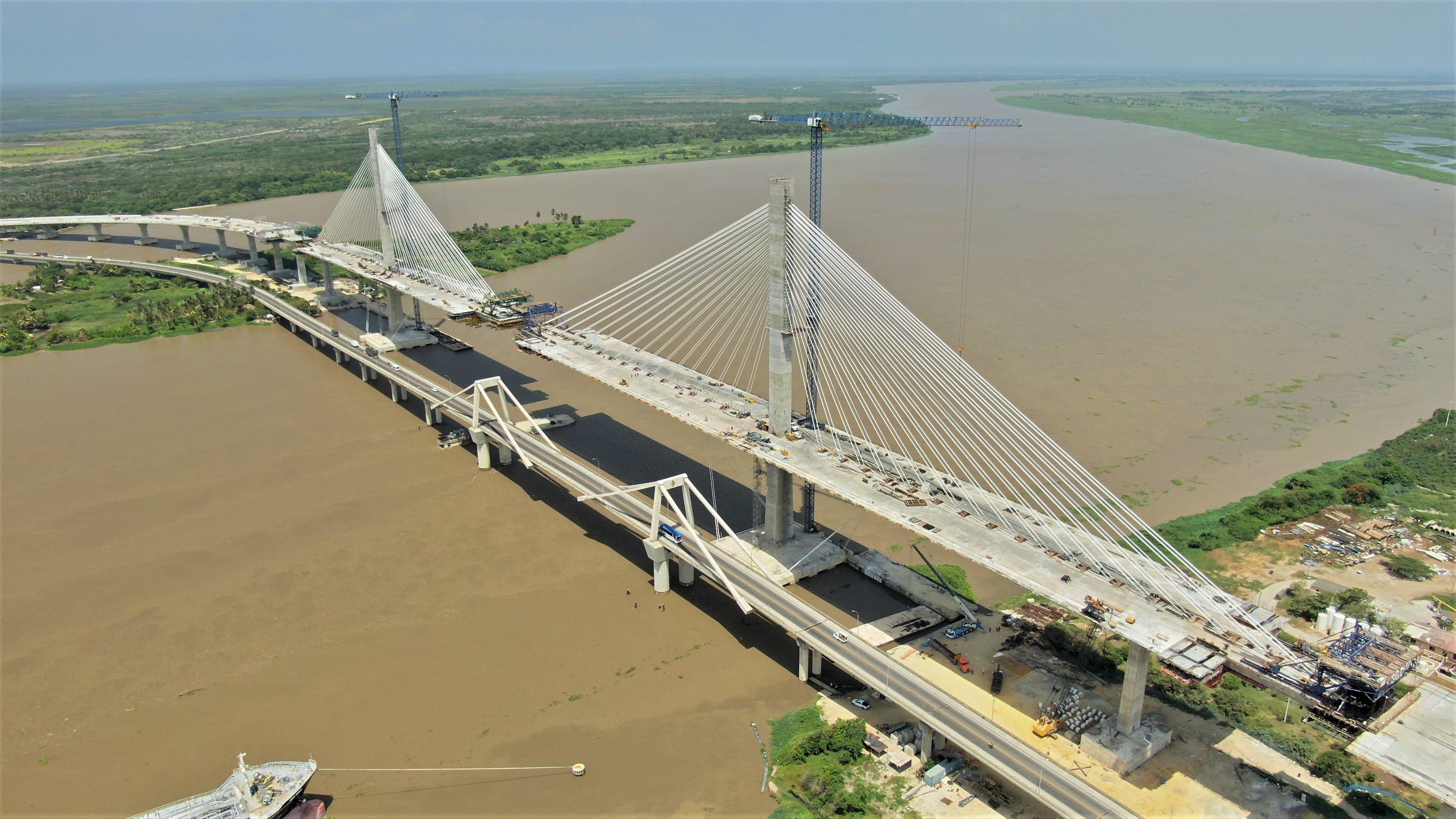 El Puente Pumarejo está construido sobre la desembocadura del río Magdalena, la principal arteria fluvial colombiana
