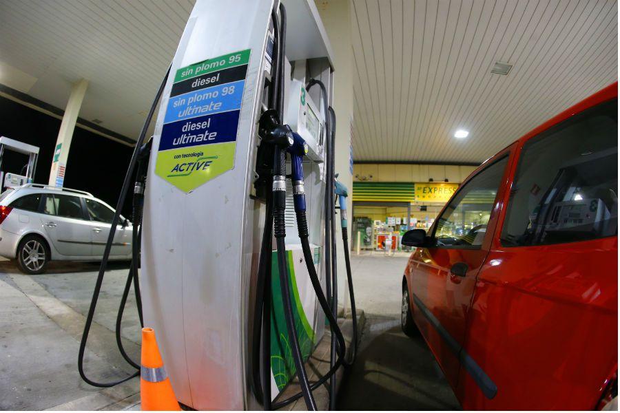 Los combustibles se encarecen, mientras la electricidad se abarata