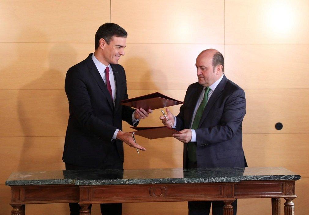 Pedro Sánchez y Andoni Ortuzar en la firma del pacto en el Congreso