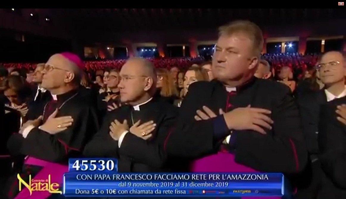 Curas en el Vaticano con sus brazos cruzados sobre el pecho... para sentir la armonía