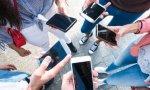 Los jóvenes pasan horas con el móvil