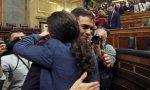 Un nuevo abrazo de Pedro Sánchez y Pablo Iglesias, que serán presidente y vicepresidente respectivamente en el nuevo Gobierno