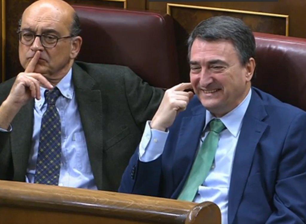 A la derecha, Aitor Esteban mofándose cuando hablaba Carlos García Adanero desde la tribuna del Congreso