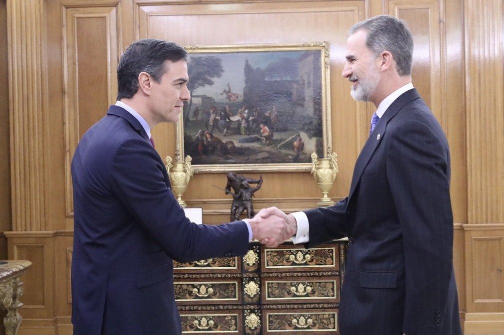 Sánchez saluda al rey Felipe VI tras prometer su cargo como presidente del Gobierno