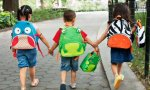 Niños usando mochilas