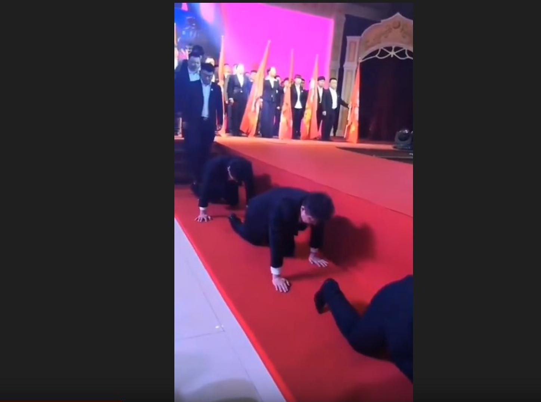 Una empresa china castiga a los trabajadores que no cumplen con una procesión a cuatro patas