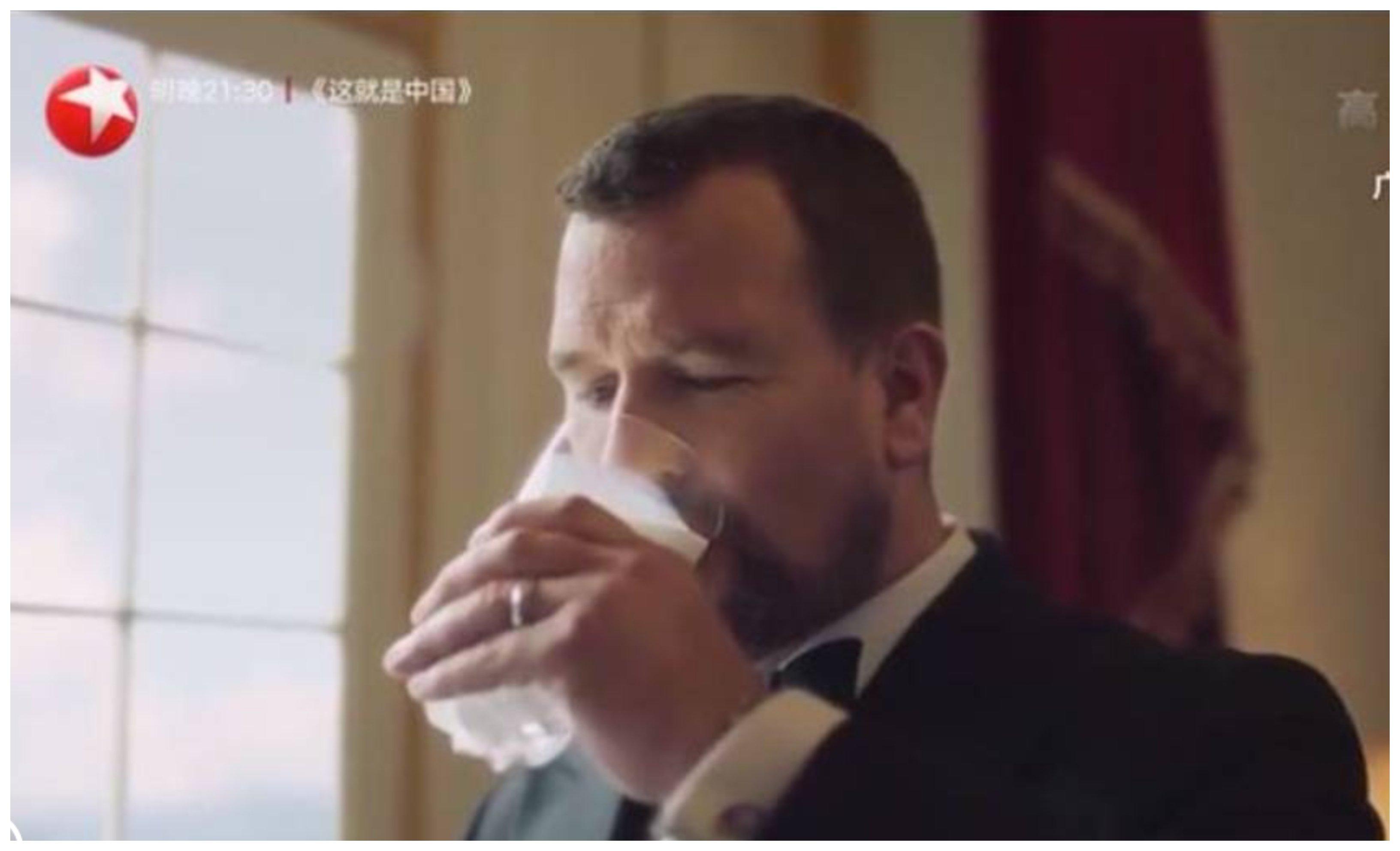 Aprende, Harry: tu primo Peter protagoniza un anuncio de leche británica en China... para ganarse la vida