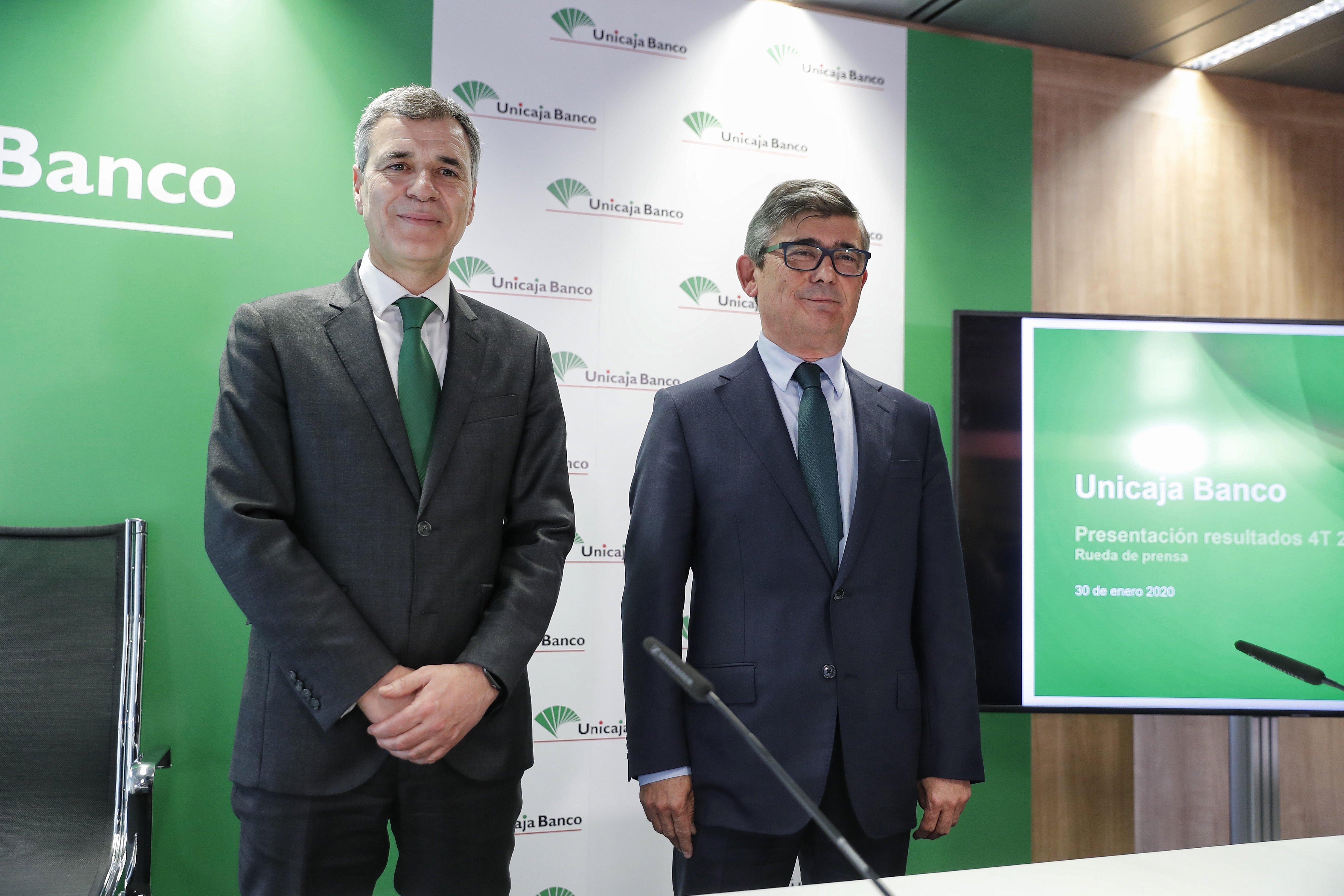 El director general de Finanzas de Unicaja, Pablo González, y el consejero delegado de la entidad, Ángel Rodríguez