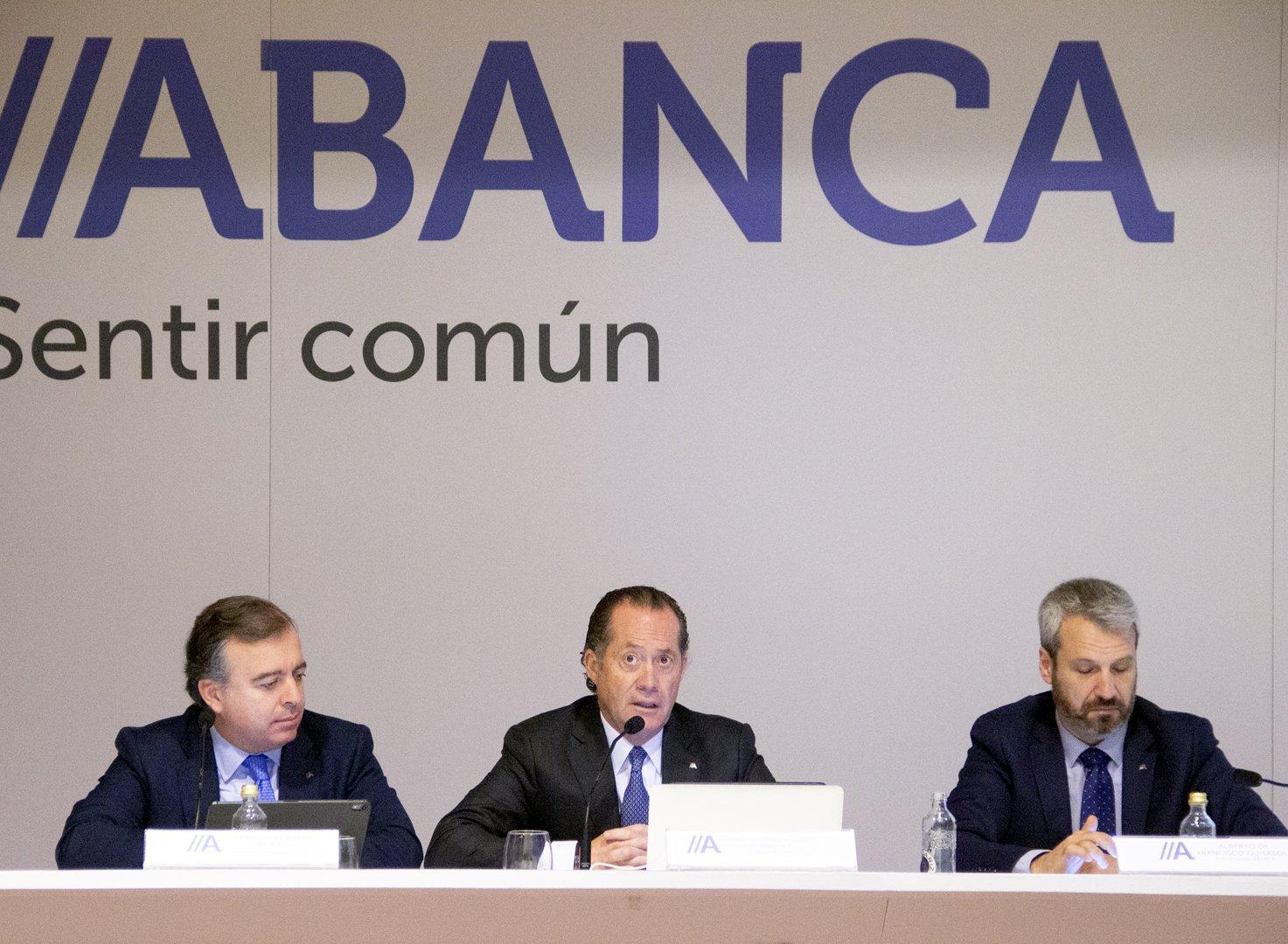 Juan Carlos Escotet (centro), flanqueado por el CEO, Francisco Botas (izquierda) y por el director Financiero, Alberto de Francisco (derecha)