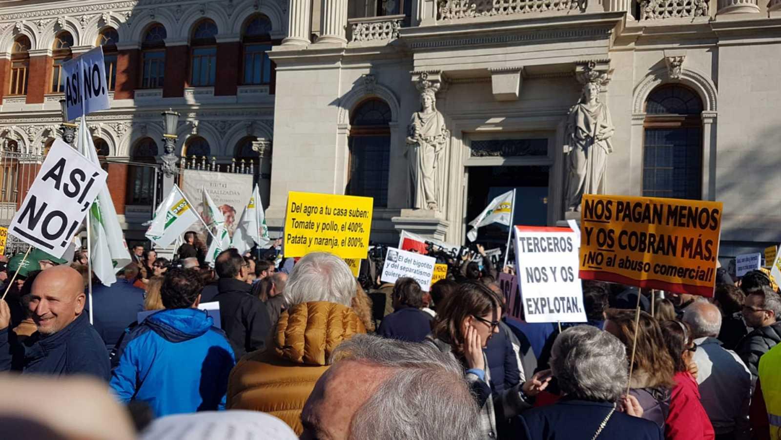 Los agricultores llevan su lucha a Madrid. Mientras, el Gobierno Sánchez, contra el que protestan, les dice que está con ellos
