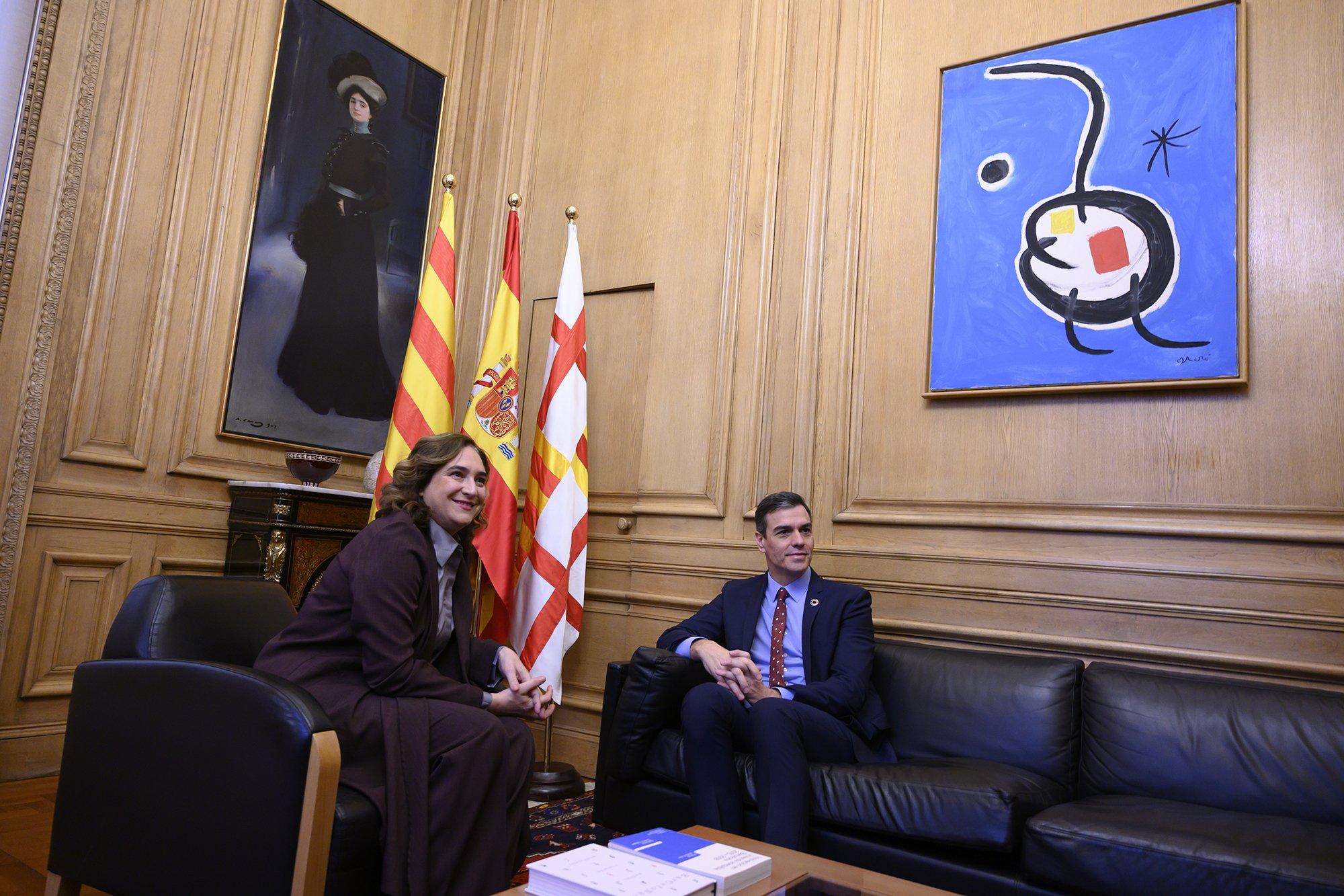 """Colau le dice a Sánchez que tendrá en Barcelona la """"principal aliada en la nueva etapa"""" entre Gobierno y Generalitat. Natural: es de Podemos"""