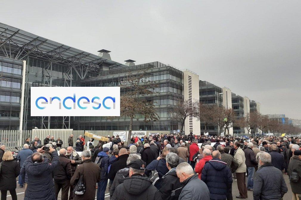 Trabajadores jubilados manifestándose ante la sede de Endesa en Madrid
