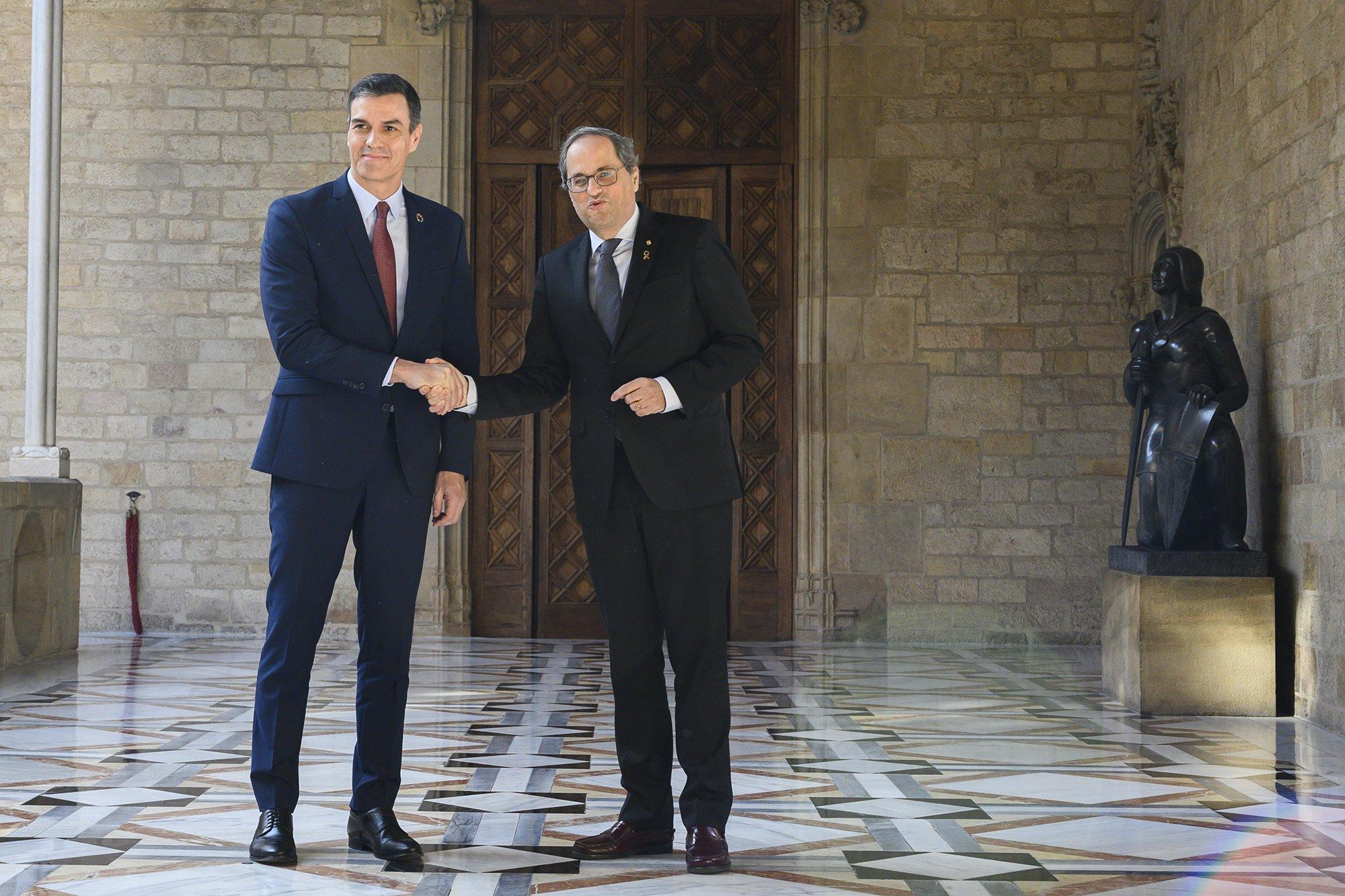 Las dos gallinas cluecas: Sánchez está abierto al diálogo, Torra exige el referéndum.