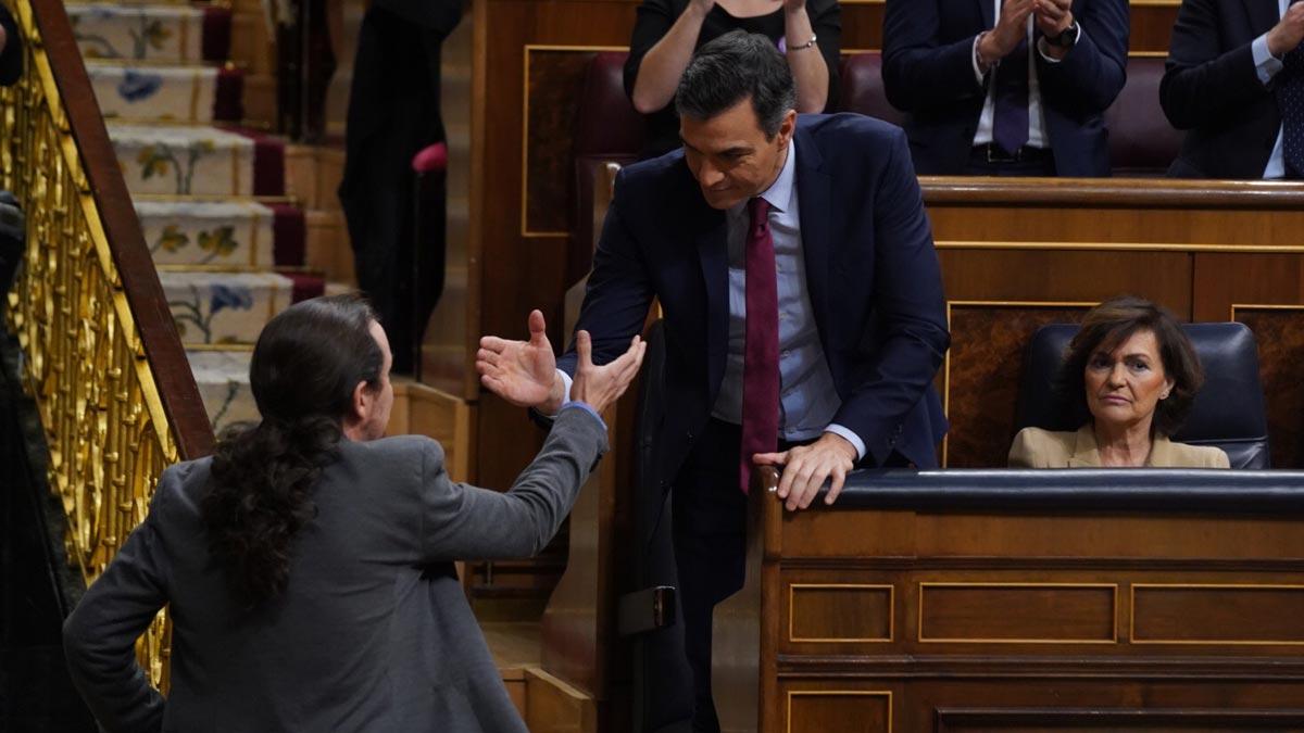 Pedro Sánchez y Pablo Iglesias se saludan en el Congreso