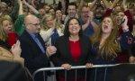 Mary Lou McDonald, presidenta del Sinn Fein (en el centro de la imagen)