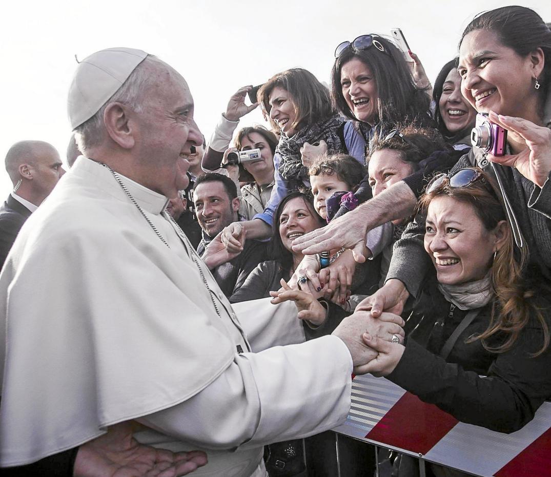 El Papa intenta contar con la mujer sin clericalizarla, en línea con su constante anticlericalismo