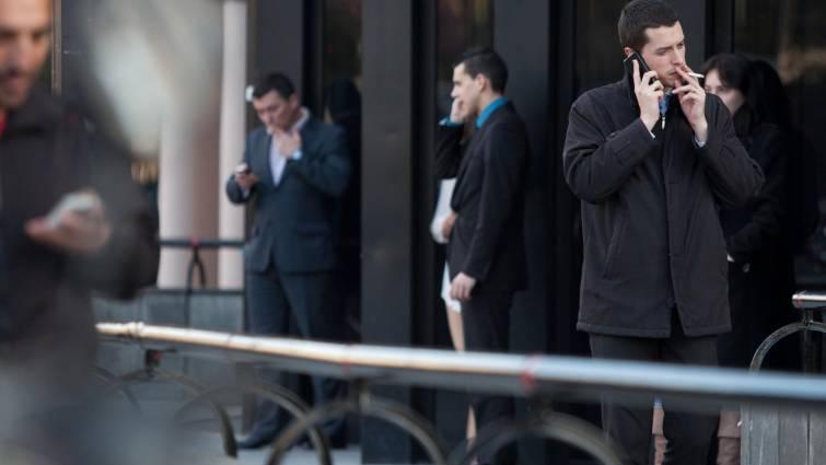Salir a fumar o a tomar café puede costarle muy caro... al empleado: según la Audiencia Nacional, no computa como horas de trabajo