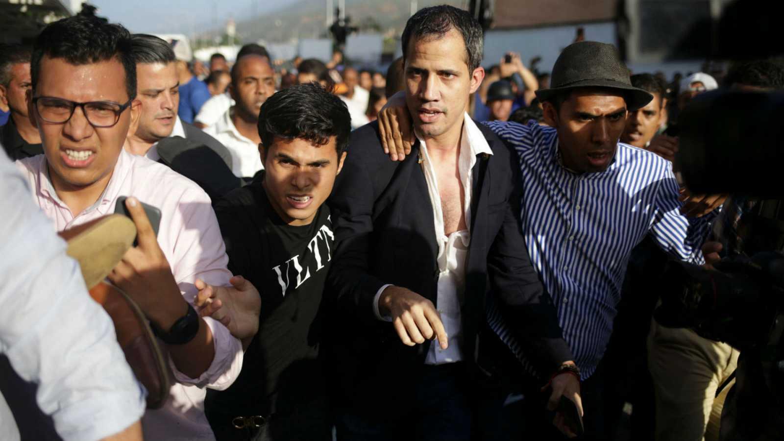 """Así se las gasta el dictador Maduro: paliza al presidente encargado Guaidó a su regreso a Venezuela mientras Pedro Sánchez le apea el presidente para dejarlo en jefe de la """"oposición"""""""