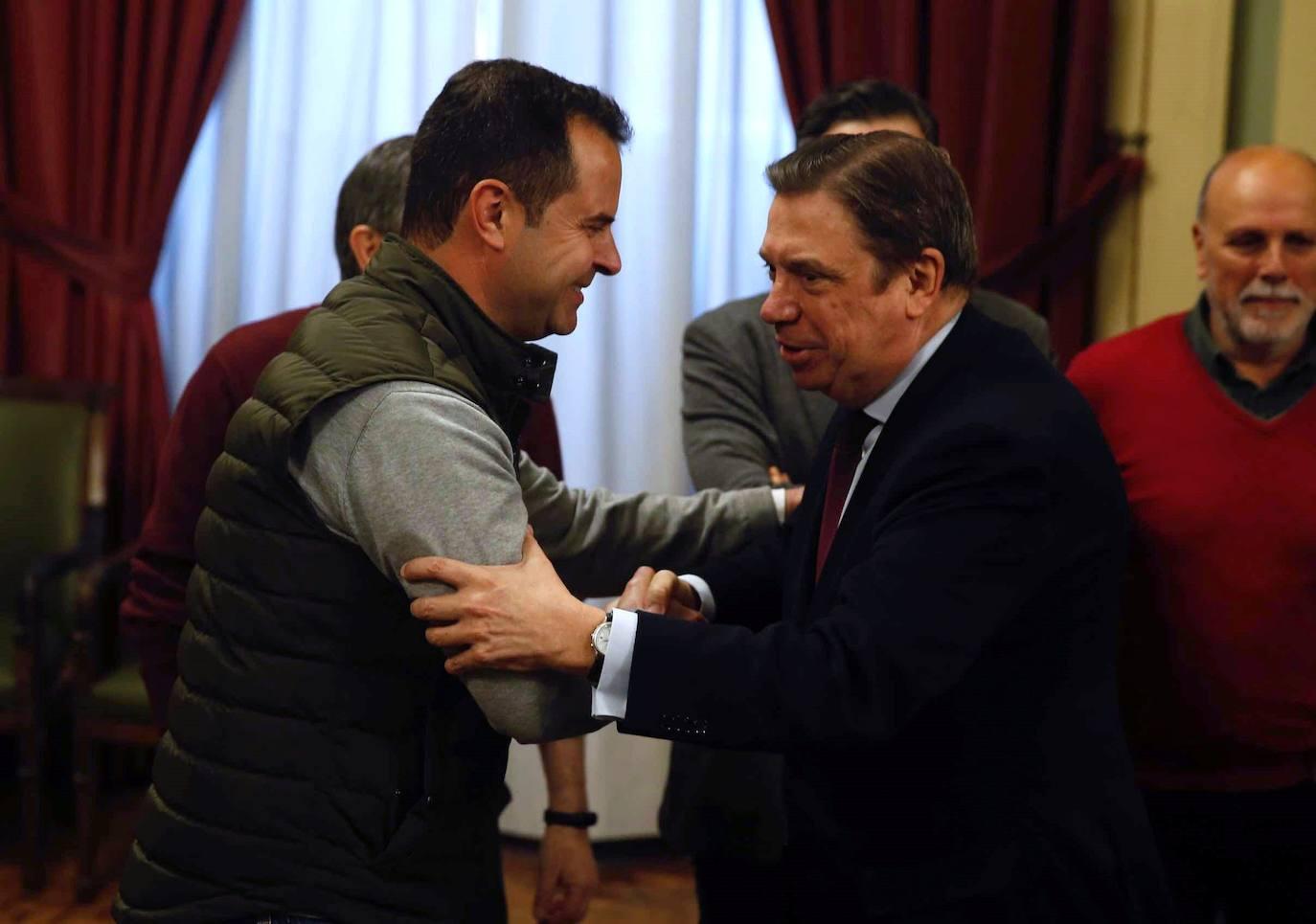 Juan Luis Ávila, de Coag-Jaén, saluda a Luis Planas tras una reunión en el Ministerio