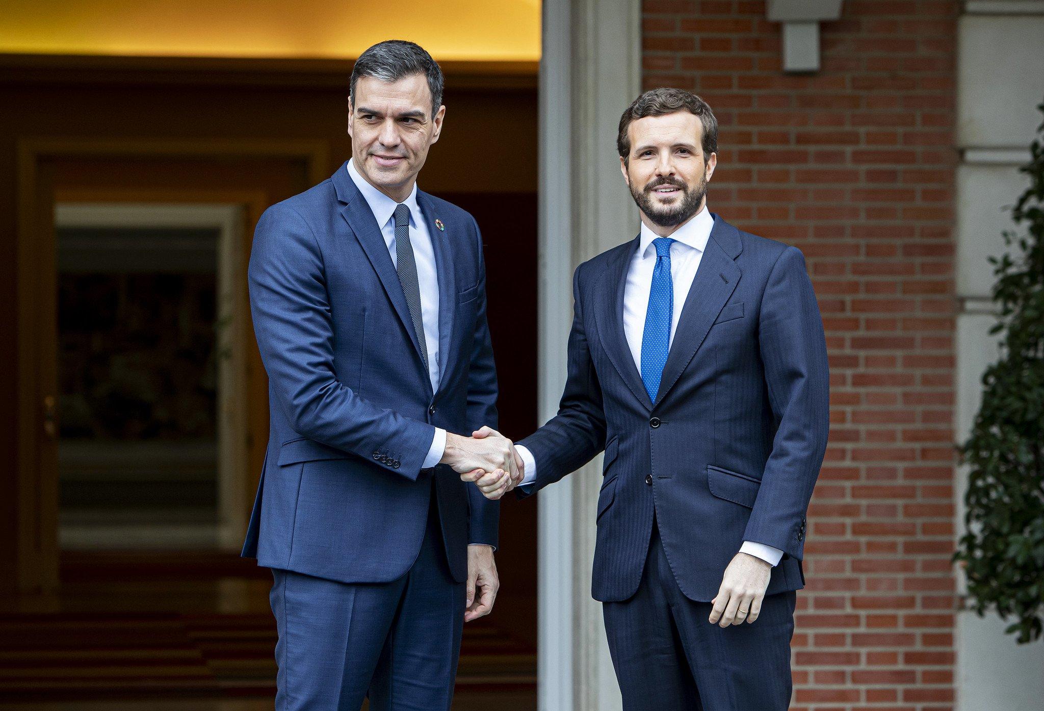 Atención, pregunta: ¿Quién tiene la expresión más natural, Pedro Sánchez o Pablo Casado?