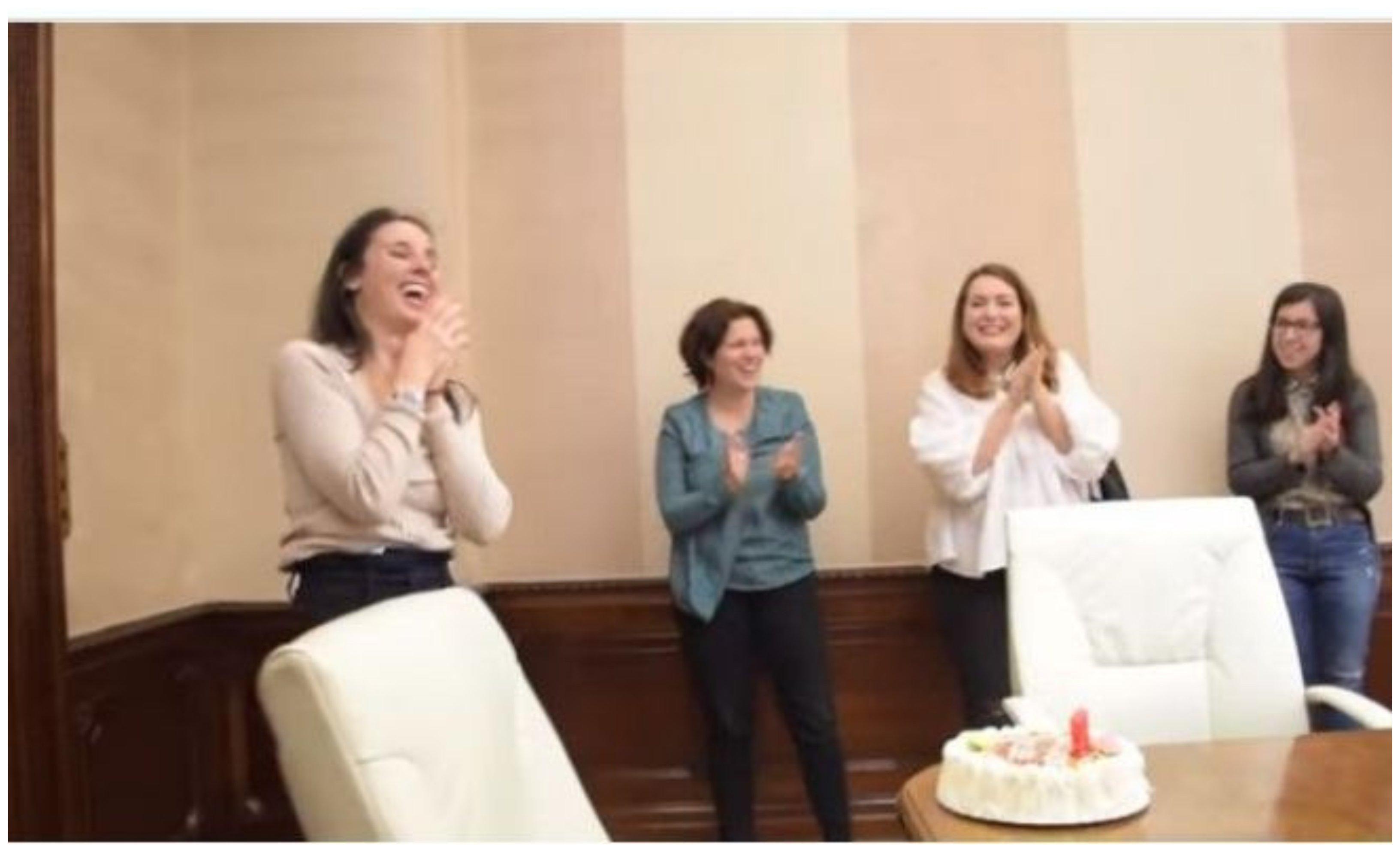 El narcisismo de Irene: celebra, en el ministerio, su cumpleaños... sorpresa. Altos cargos muy laboriosos