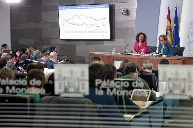 Montero y Calviño, en rueda de prensa, durante la presentación del último cuadro macroeconómico