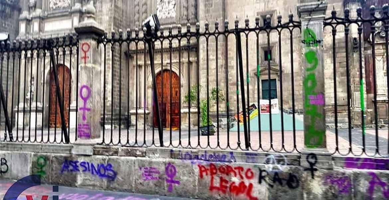8-M. México: las 'pacíficas' feministas destruyeron mobiliario y agredieron a fieles en la catedral