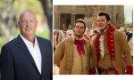 Bob Chapek, CEO de Disney; y los personajes de Le Fou y Gastón en la versión de 'La Bella y la Bestia' en carne y hueso