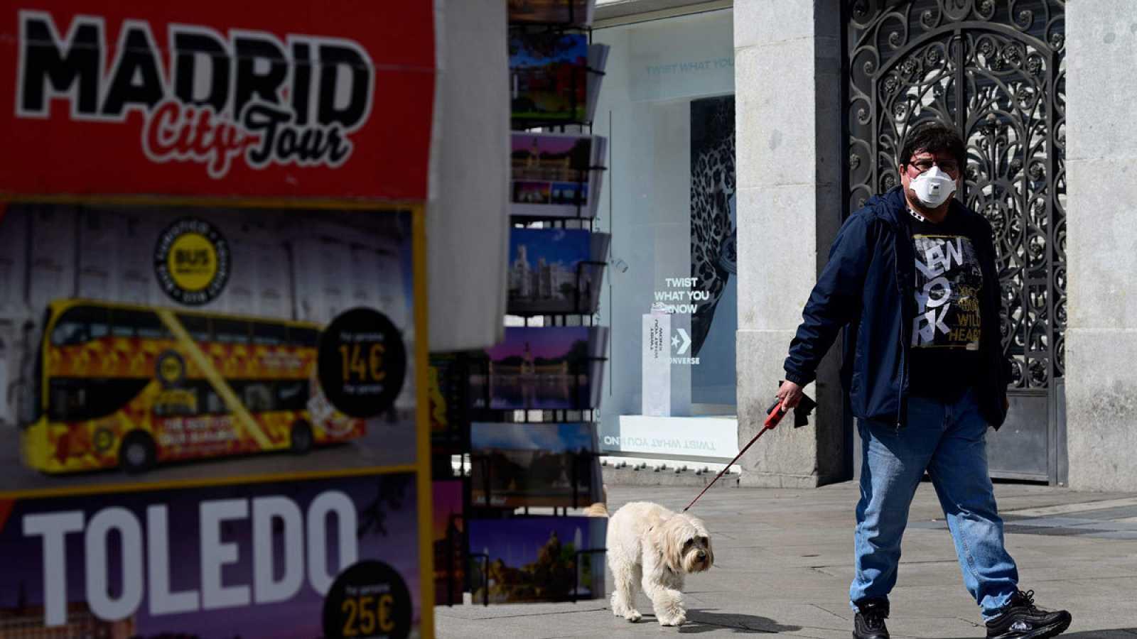 Al perro se le puede dar un paseo breve y cuidando en todo momento el contacto con otras personas