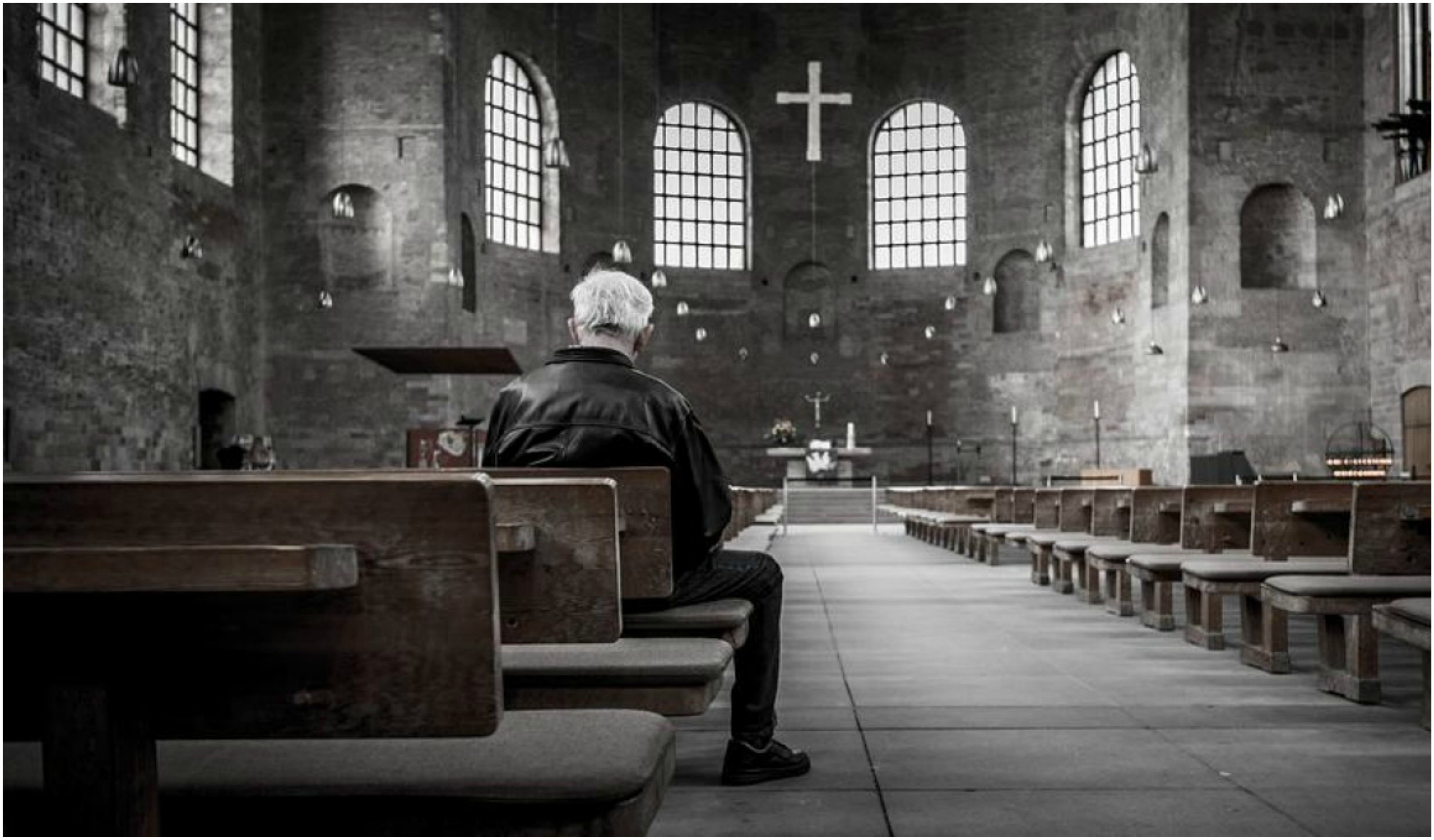 También es este buen momento para desempolvar la vieja convicción católica de que la misa es sacrificio ofrecido por la Iglesia mediante el sacerdote.