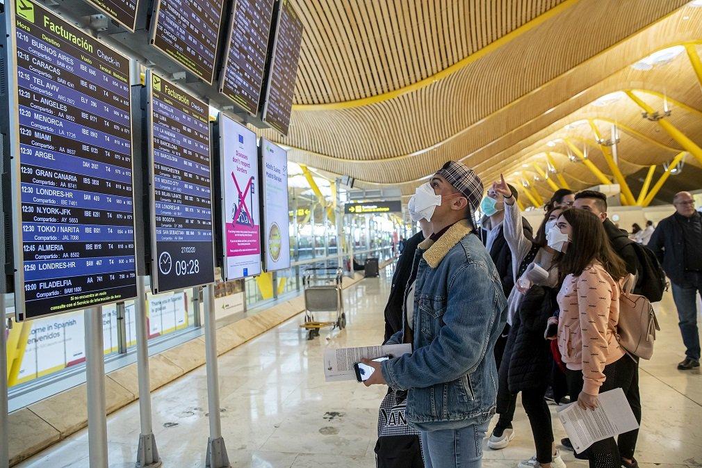 Pasajeros con mascarillas en el aeropuerto Adolfo Suárez Madrid-Barajas