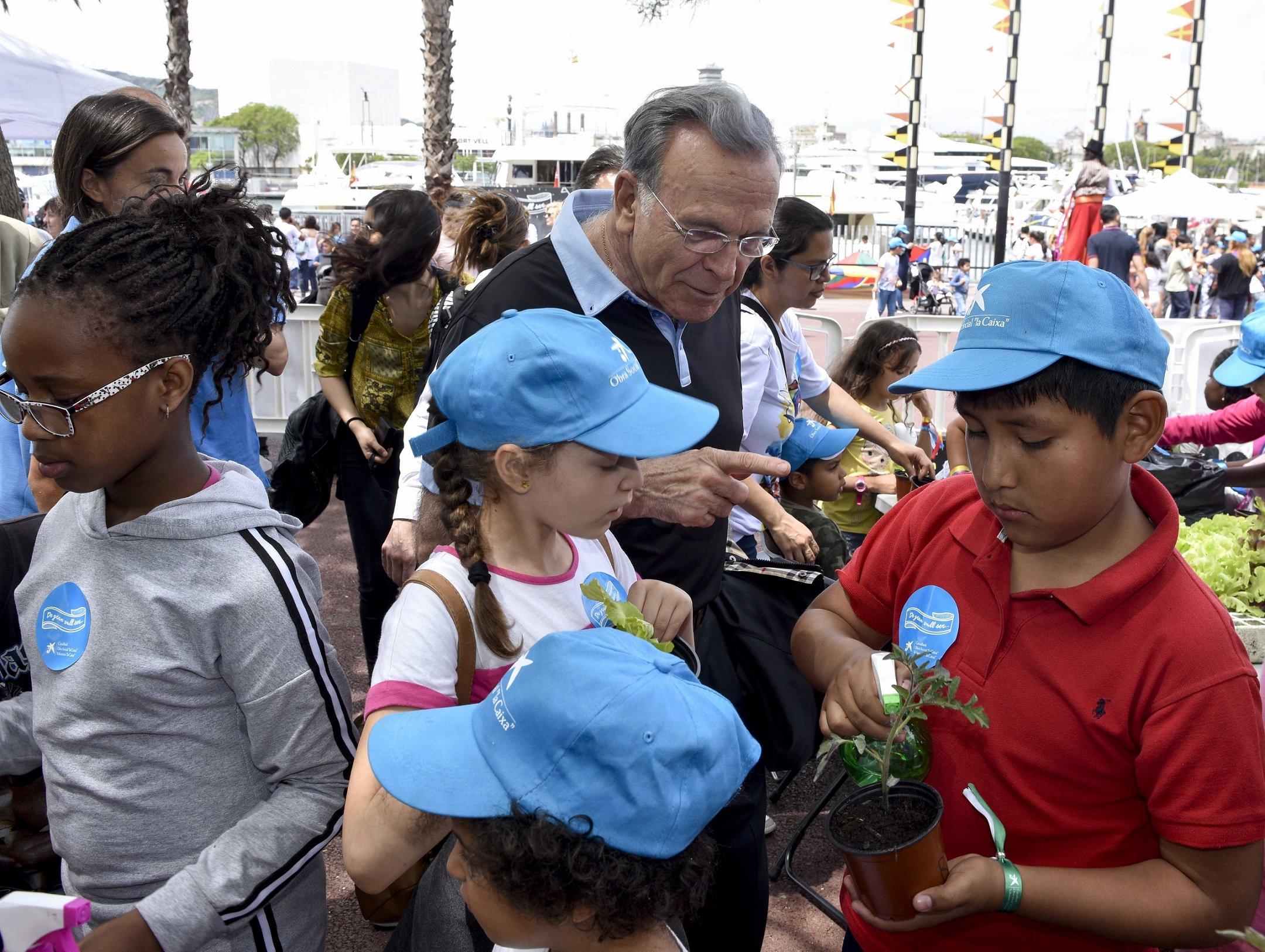 Isidro Fainé con algunos niños del programa CaixaProinfancia