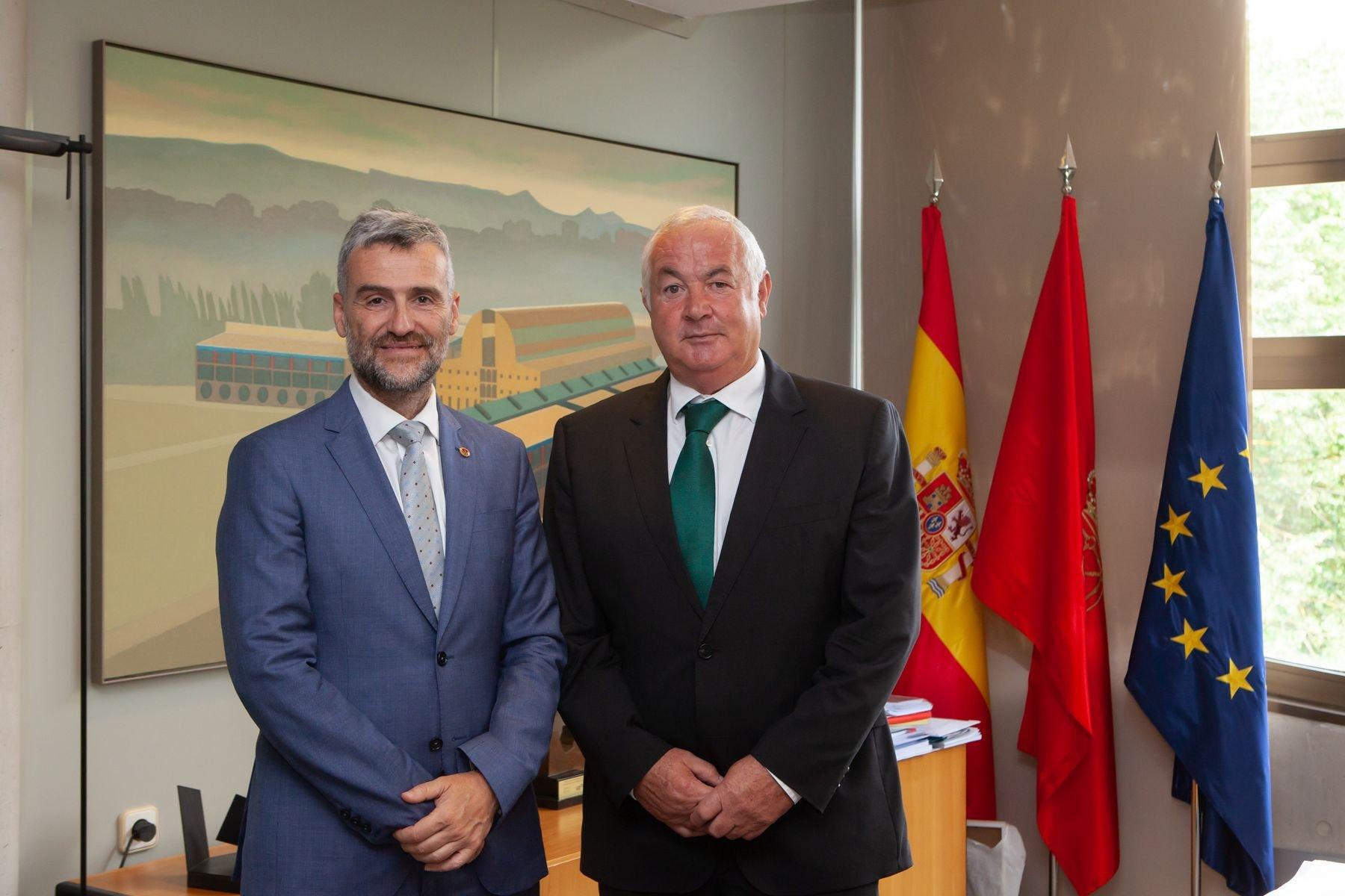 Ignacio Terés los Arcos (derecha), junto al rector de la Universidad Pública de Navarra, Alfonso Carlosena, en 2018, tras la firma de un acuerdo de colaboración