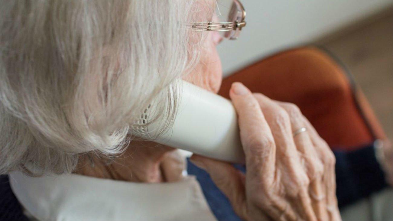 Es vital que las personas mayores mantengan el contacto con su entorno social