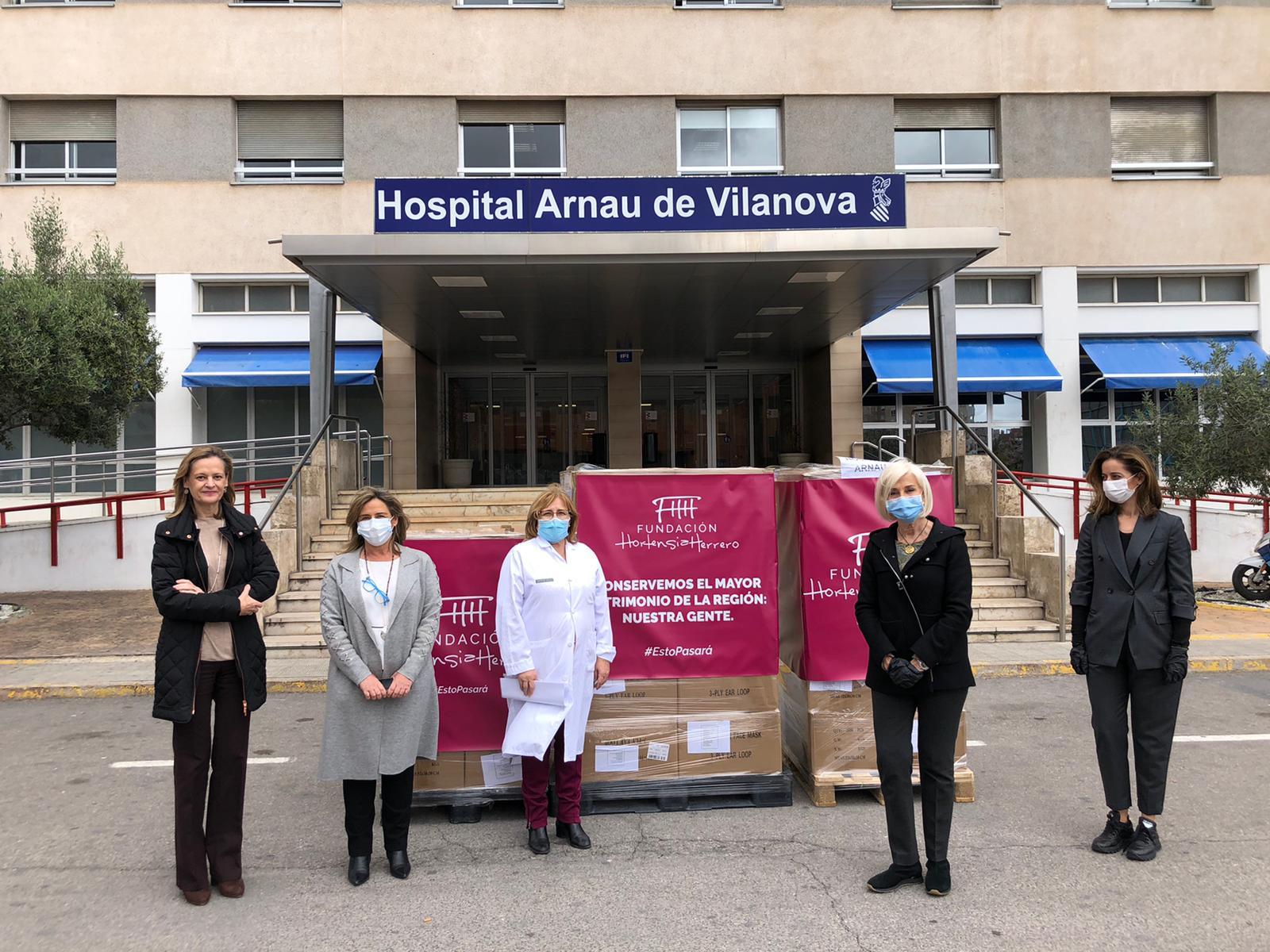 Hortensia Herrero, segunda por la derecha, y el equipo de dirección del Hospital Arnau de Vilanova, con las mascarillas donadas.
