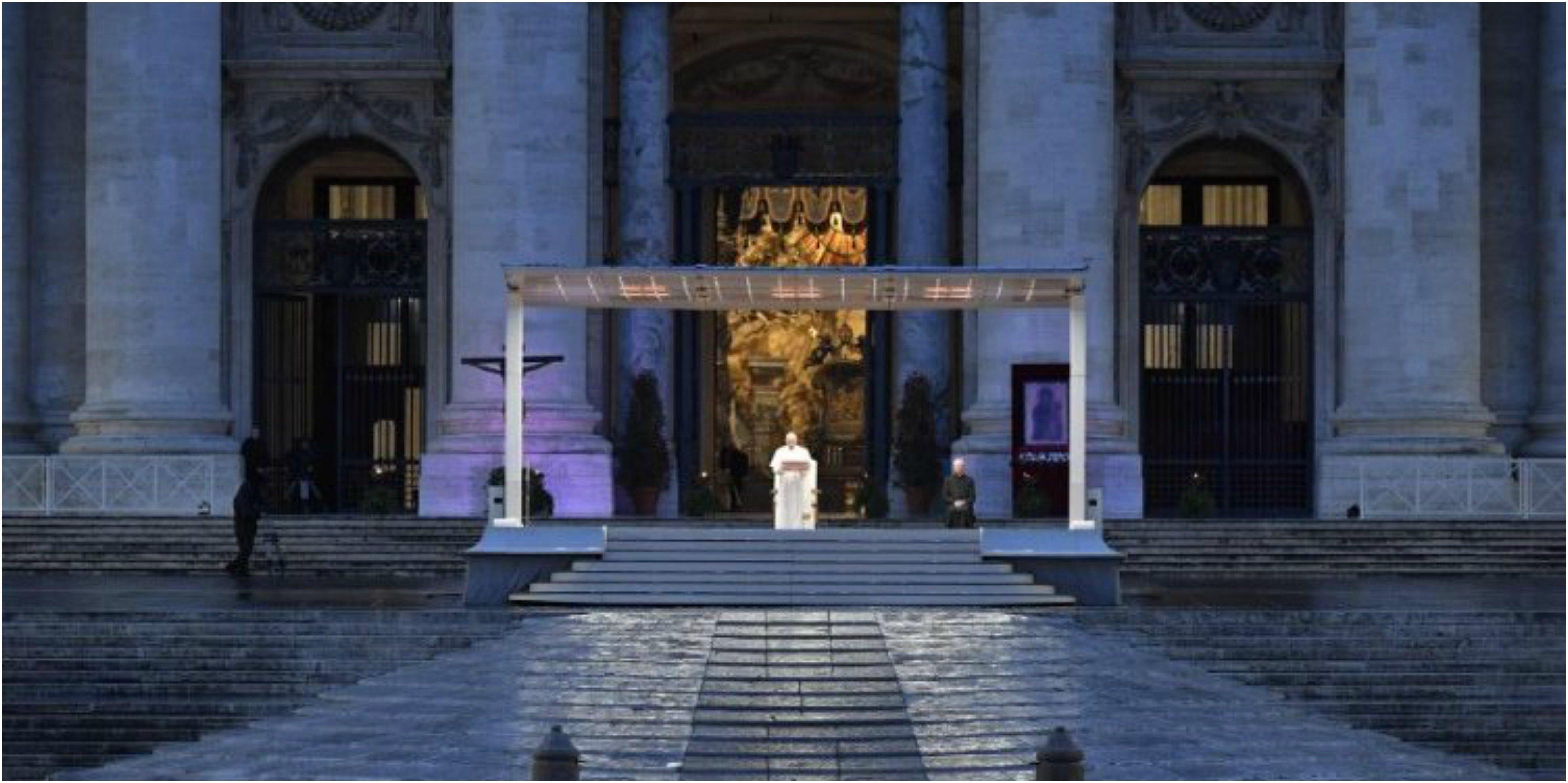 El Papa ante una vacía Plaza de San Pedro