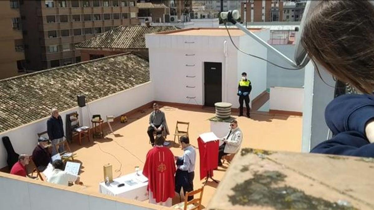 Momento de la intervención policial durante la misa en la azotea de la parroquia de Los Paules: había demasiados fieles